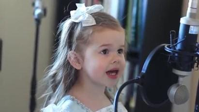 Miúda de 3 anos canta a Pequena Sereia