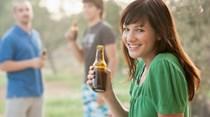Mulheres já bebem tanto álcool como os homens