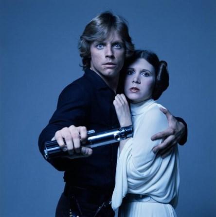 <p>Mark Hamill e Carrie Fisher com os fatos de Luke Skywalker e de Princesa Leia, da trilogia Star Wars, em 1977.&nbsp;</p>