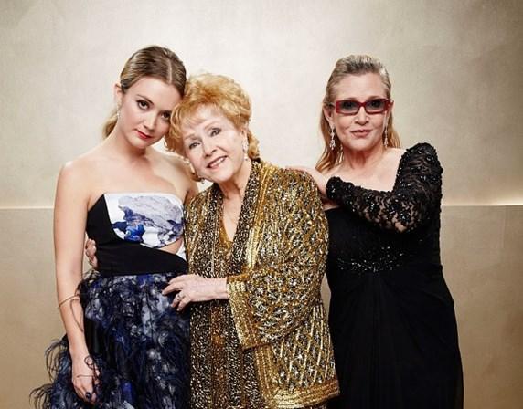 <p>Tr&ecirc;s gera&ccedil;&otilde;es: Billie Lourd, filha de Carrie Fisher, &eacute; fotografada com a m&atilde;e e a av&oacute; Debbie Reynolds. Foi em 2015.&nbsp;</p>