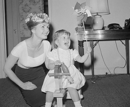 <p>Debbie Reynolds com a filha, Carrie Fisher.&nbsp;</p>