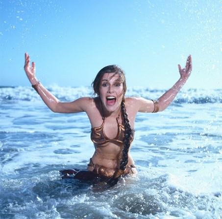 <p>Carrie Fisher a usar o m&iacute;tico biqu&iacute;ni de<em> Star Wars: O Regresso de Jedi</em>, de 1983.</p>