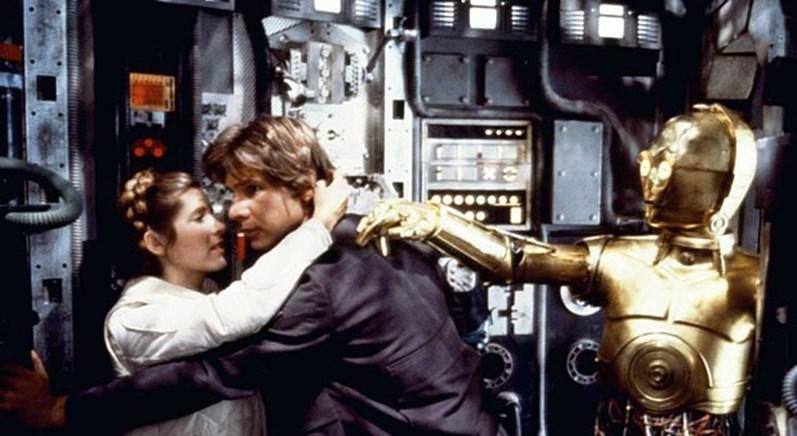<p><span>Carrie Fisher, Harrison Ford e Anthony Daniels no <em>set</em> de filmagens de Star Wars.&nbsp;</span></p>