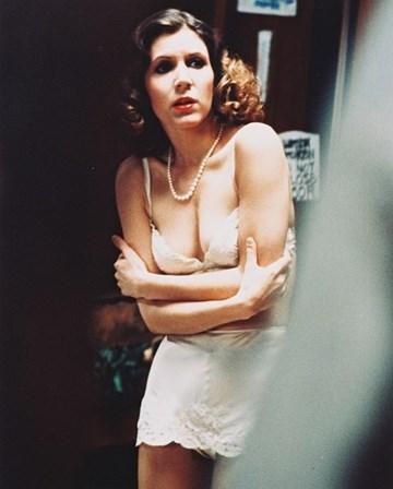 <p>Carrie Fisher no<em> set</em> de filmagens de<em> Shampoo</em>, como Lorna, em 1975.&nbsp;</p>