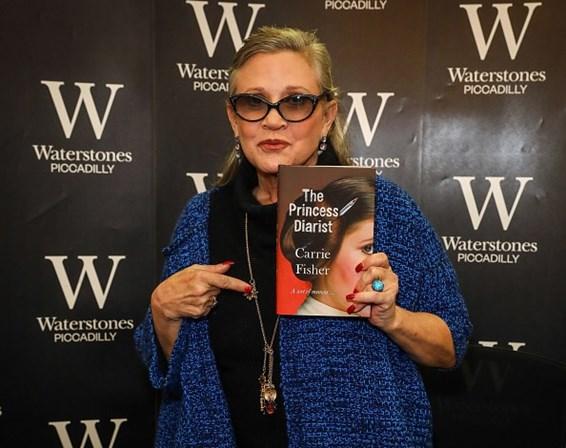 <p>Carrie Fisher durante uma sess&atilde;o de aut&oacute;grafos do seu novo livro, <em>The Princess Diarist</em>, em Londres, Reino Unido. A fotografia foi tirada em Dezembro de 2016.&nbsp;</p>