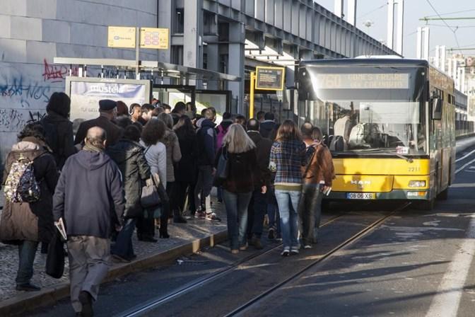 Lisboa. Choque entre autocarro e eléctrico faz dez feridos ligeiros