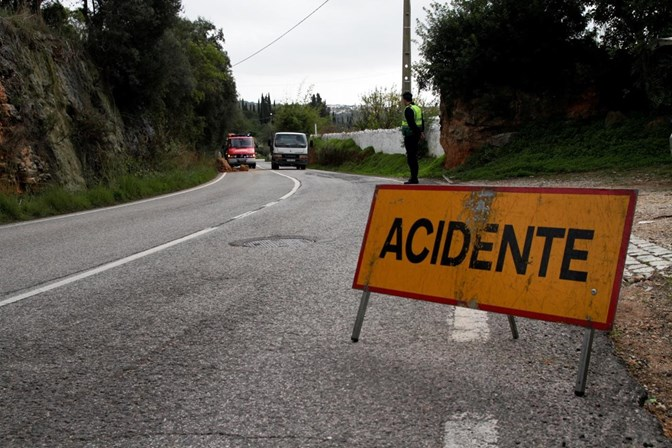 Acidente com dois camiões e um ligeiro corta trânsito na A1