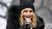 Madonna apresenta as gémeas que adoptou