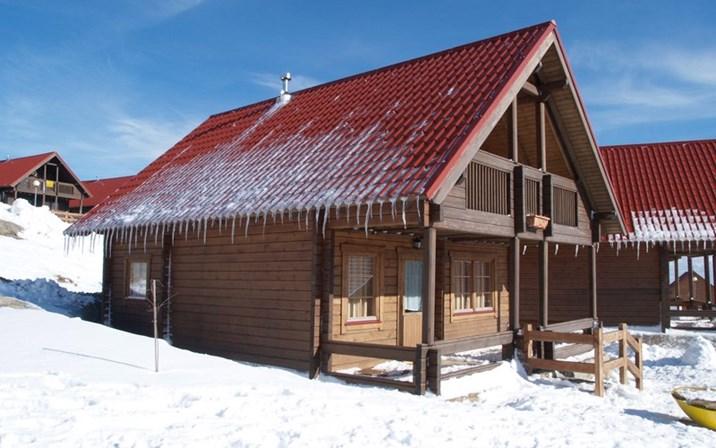 Os Chalés da Montanha, perto da Covilhã, são uma boa escolha para quem quiser passar uns dias na neve com os amigos - há 27 chalés com três quartos duplos cada (€127/quarto duplo).