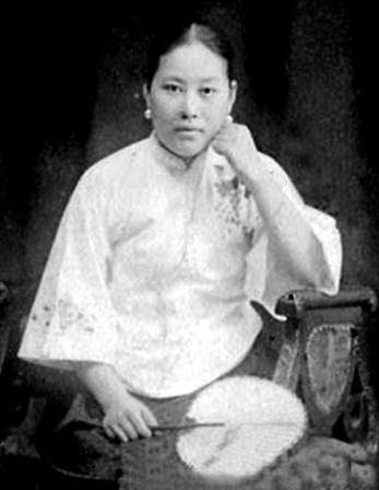 <p><strong>Shi Jianqiao</strong></p> <p>Filha de um oficial militar chin&ecirc;s, Shi Jianqiao ficou famosa na China depois de vingar a morte do pai. Shi Congbin foi decapitado e a sua cabe&ccedil;a exibida publicamente em 1925, depois de perder uma batalha contra o general &nbsp;Sun Chuangfang, um senhor da guerra chin&ecirc;s. Shi Jianqiao esperou 10 anos e, quando o general Sun Chuangfang j&aacute; estava reformado num mosteiro budista, assassinou-o com tr&ecirc;s tiros. N&atilde;o fugiu e distribuiu panfletos a explicar a sua vingan&ccedil;a. Acabou absolvida.&nbsp;</p>