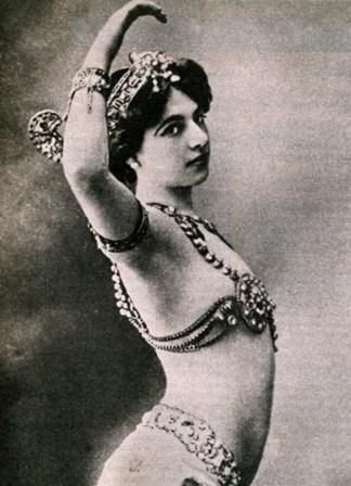 <p><strong>Mata Hari</strong></p> <p>A dan&ccedil;arina ex&oacute;tica holandesa <span>Margaretha Zelle</span> foi uma espia alem&atilde; durante a Primeira Guerra Mundial. Conhecida como Mata Hari, fazia a dan&ccedil;a er&oacute;tica dos sete v&eacute;us e foi amante de v&aacute;rios pol&iacute;ticos e oficiais europeus. A sua influ&ecirc;ncia foi aproveitada pelos alem&atilde;es, que a recrutaram como espia em 1914. As suas informa&ccedil;&otilde;es ter&atilde;o causado a morte de 50 mil soldados franceses. Foi executada por um pelot&atilde;o de fuzilamento em 1917.&nbsp;</p>