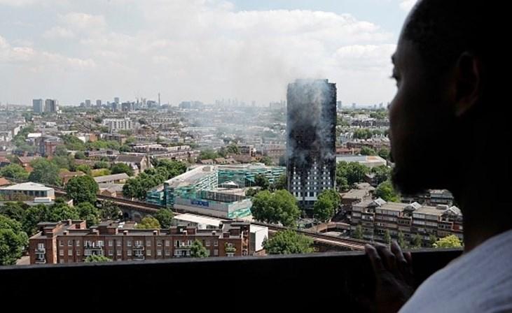 Incêndio consome prédio residencial de 27 andares em Londres