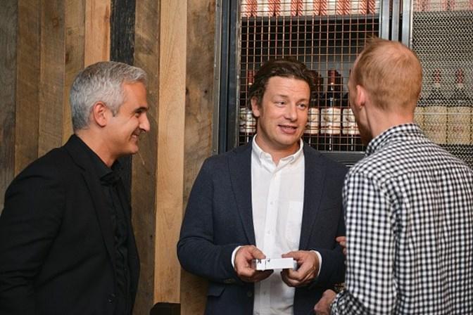 Jamie Oliver oferece comida e abrigo a vítimas do incêndio em Londres