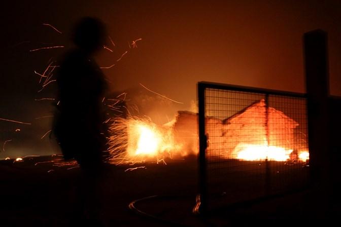 Incêndio em Portugal dura mais de 24 horas; mais de 60 morreram