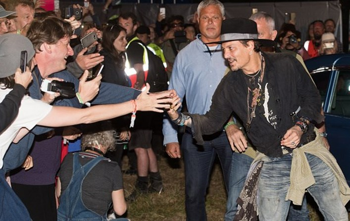 Johnny Depp faz piada com assassinato de Donald Trump no Festival Glastonbury