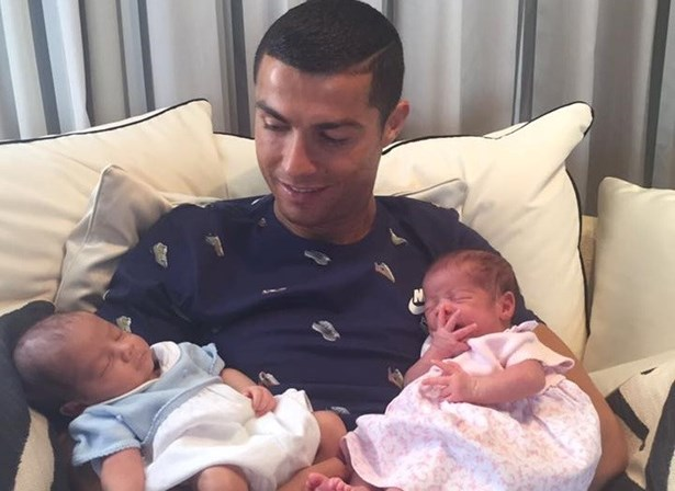 Cristiano Ronaldo ostenta nova Ferrari na web