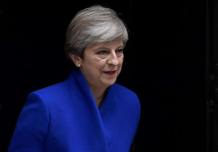 Theresa May sobrevive a crise eleitoral