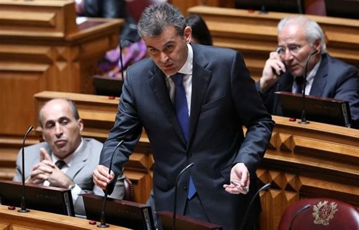 PS chumba denúncia de contrato do SIRESP. PSD e CDS abstêm-se