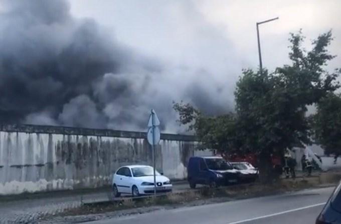 Incêndio em fábrica de Moreira de Cónegos. Bombeiros no local