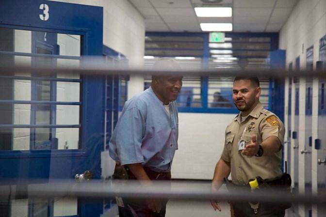 Após nove anos detido, OJ Simpson deixa prisão em liberdade condicional
