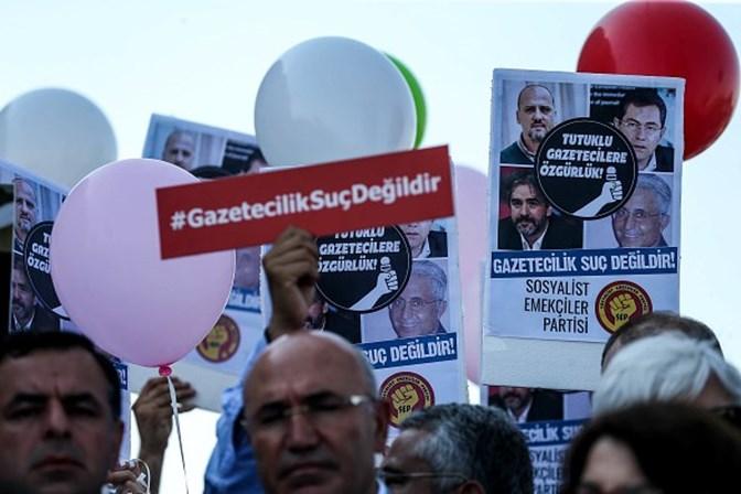 Começa julgamento de repórteres do jornal opositor ao presidente da Turquia