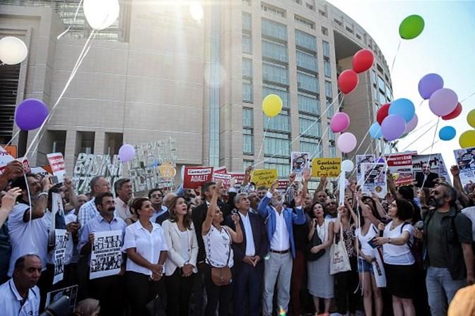 Jornalistas acusados de apoiar terrorismo estão a ser julgados