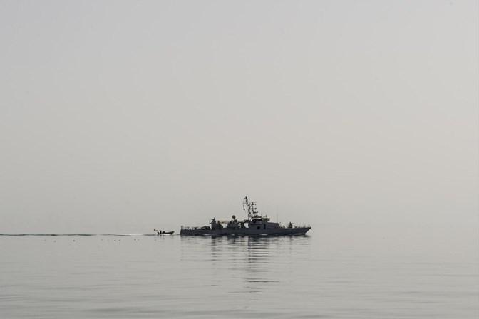 Navio americano faz disparos de advertência contra navio iraniano