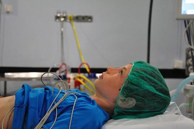Pais vão poder acompanhar filhos durante anestesia no bloco operatório