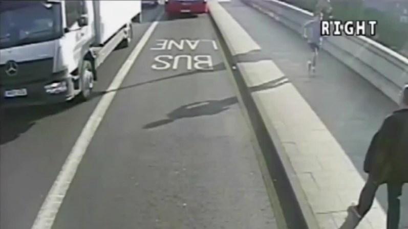 Homem empurra desconhecida em frente a ônibus em Londres
