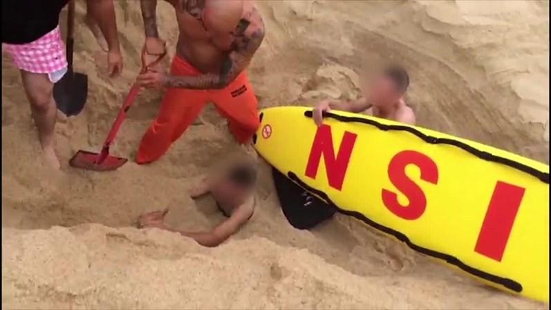 Vídeo: Brincadeira na praia deixa jovem soterrado