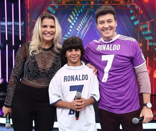 Cristiano Ronaldo emociona criança com surpresa especial — Vídeo