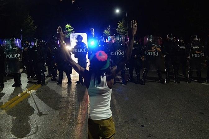 Dez polícias feridos em confrontos com manifestantes em Saint Louis