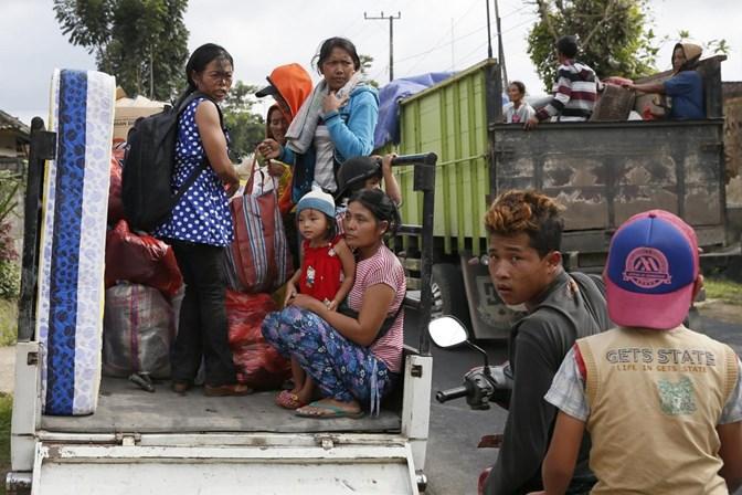 Vulcão obriga milhares de pessoas a fugir