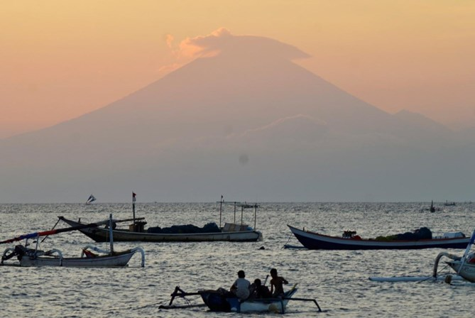 Indonésia. Vulcão obriga a deslocar 50 mil pessoas