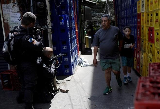 Cerco militar termina com tiroteio, nove presos e três mortos na Rocinha
