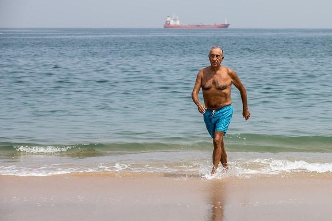 Marcelo foi a Angola e aproveitou para dar um mergulho na praia