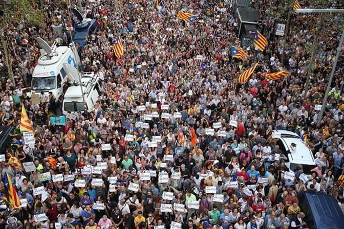 Carles Puigdemont junta-se aos milhares de pessoas em protesto em Barcelona