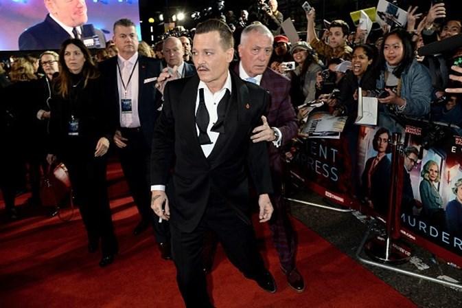 Johnny Depp aparece bêbado em première de filme, afirma jornal