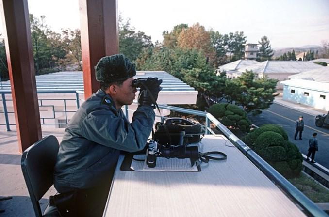 Mesmo baleado, soldado norte-coreano consegue fugir para Coréia do Sul