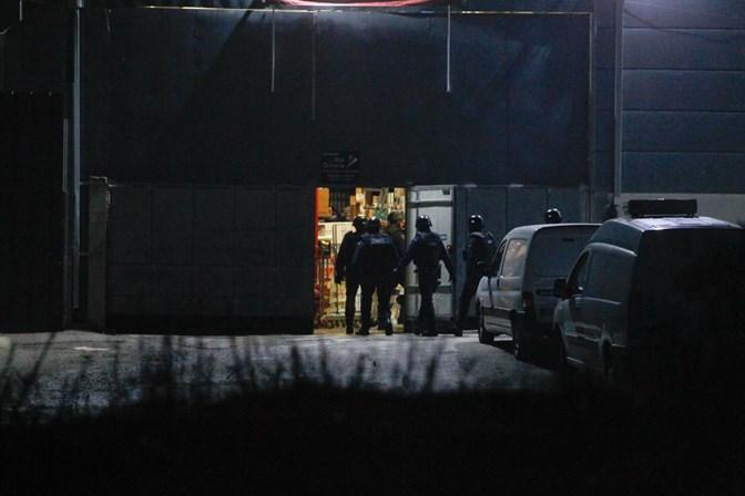 Assalto à mão armada em supermercado. Homem barricado