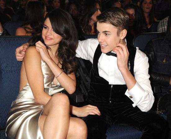 Selena Gomez e Justin Bieber são vistos aos beijos e fãs comemoram