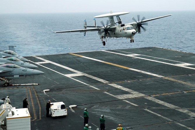 Avião militar dos EUA cai no Oceano Pacífico com onze a bordo