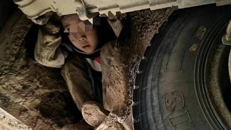 Duas crianças chinesas viajaram 80 quilómetros escondidas debaixo de um autocarro