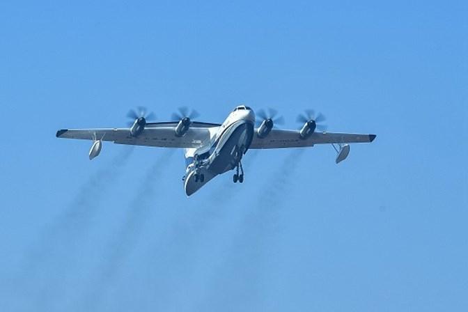 Maior avião anfíbio do mundo realiza voo inaugural