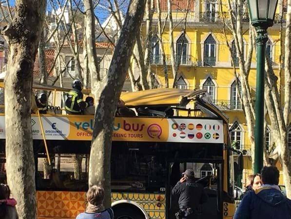 Pelo menos 12 feridos em acidente com autocarro turístico em Lisboa