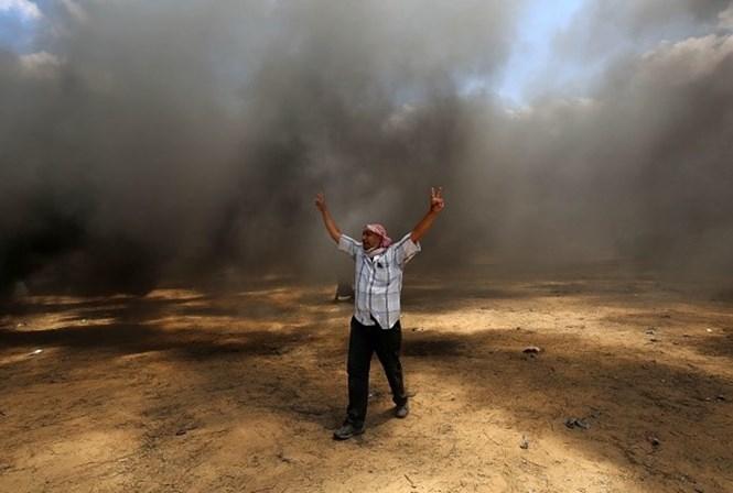 Palestinos enterram mortos após dia mais sangrento de protestos em Gaza