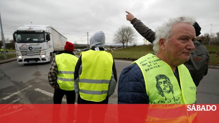 Paris fecha Torre Eiffel e Louvre devido aos protestos dos coletes amarelos  - Mundo - SÁBADO b7a16f4467ddb