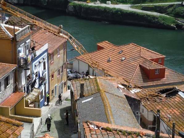 Resultado de imagem para Uma família desalojada e nove casas atingidas com queda de grua no Porto