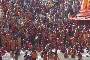 Milhares de pessoas juntam-se no rio Ganges na Índia apesar da pandemia