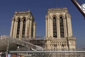 Macron sobe ao topo da Catedral de Notre Dame dois anos após incêndio